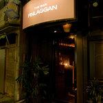 ザ・バー フィンラガン - 茶色の看板が目印…