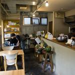 Umui - 店内。写真奥のソファ席へ。