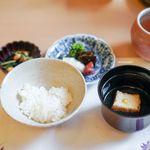 山玄茶 - 赤出汁の上澄み、厚揚げ 香の物