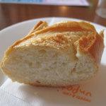 アンプチプ - 「パン」ケーキバイキングランチのパン。サラダと違って小さめです。