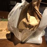 クアアイナ - 見えてないけどpaper bagに包んでKUA AINAのプラスティックbagに入れてくれます(๑•ᴗ•๑)♡
