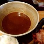 99819568 - 「濃厚チャーシューつけ麺(麺量500g)」+「辛肉味噌」のつけ汁