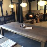 石窯パン・和みカフェ ゆるり - 暖炉に向かって  カシャ