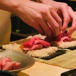 鮨よしかわ - マグロの巻物を作成中!