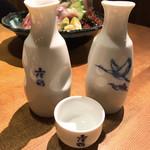 活魚水産 - 徳利とお猪口は土佐鶴、中身は久保田千寿とサービスの八海山!