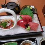 99853265 - 夕食・勝浦産生鮪、あしらい一式と、生鮪カルパッチョの梅ソース