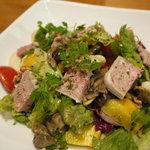 ビストロ オリーヴ - お肉のパテと鴨のスモークのごちそうサラダ1200円