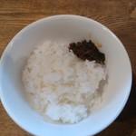 博多 - ピリ辛の高菜が乗ったご飯・まず、白米が綺麗で美味しい。 そして、辛子高菜のなんて存在感!! 売ってあれば間違いなく買って帰ります。 このご飯セットはメニューには載っていない、今日のお勧めセットでした。