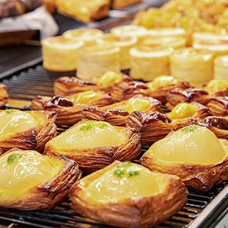 一日中焼き立てパンを提供。シェフこだわりのデリメニューも豊富