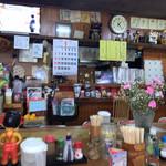 お食事処ふみ - 店内は少々雑然としてますが、雰囲気ありますね