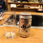 99872318 - 缶ビールと瓶ビールがあります。