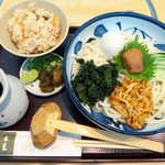 銀座 木屋 - 〔ランチ〕梅おろしうどん(セット¥990)。かやくご飯の味付けは薄めで、梅干や漬物と好相性