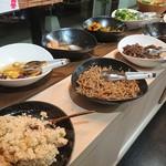 きんのつる - ・ばばーんと惣菜が並ぶ