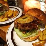 ベローズ フィールド ビーチ - BBQチキンバーガー1080円+グリルドパイン100円、アボカドチーズバーガー1280円