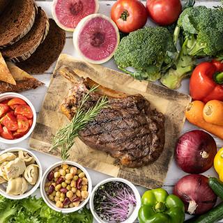 新鮮野菜のサラダとホテルメイドのパンが食べ放題のグリルランチ