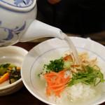 釜めしビクトリア - 焼いてほぐした鶏のささみ・ネギ・青じそ・紅しょうが・山葵などの薬味を好みで白いご飯の上にのせ、 熱々の鶏スープをたっぷりとかけて頂きます。