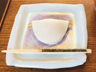茶寮 宝泉 - お正月のおめでたい期間にいただく「花びら餅」。優しい甘さと愛らしいビジュアル♡