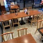 大衆肉酒場 にく野郎 - 手前のテーブル席は最大30名様