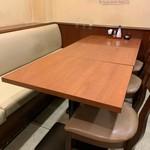 大衆肉酒場 にく野郎 - 奥のテーブル席