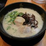 博多風龍 - とんこつラーメン(580円、斜め上から)