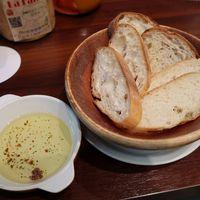 肉バル ラファーレ-お通しは「バトン」「石窯」「ライ麦」3種のバゲットを 生ハム仕立てのアヒージョで!
