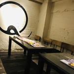 99954224 - 店内の待ち椅子。テーブルには待っている間に読めるように雑誌も用意されています。