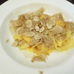 ICARO miyamoto - フォンティーナチーズのラビオリ 白トリュフバターを入れた卵黄のソース ふんだんに白トリュフを摺りかけていただいて!