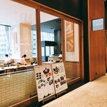 24/7 cafe apartment - スタッフは開店前で大忙しっす