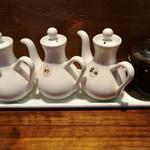 楽関記 - 卓上には酢や黒酢、醤油の他、本格的で風味抜群の自家製ラー油も
