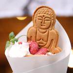 カンノンコーヒー カマクラ - 苺と小豆のクレープ  (大仏ビスケット乗せ)