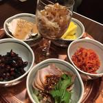 福満苑 鼓楼 - 前菜盛り合わせ (クラゲの黒酢和え・北京の白菜からし和え・上海味噌ピーナッツ・棒棒鶏・焼き豚など) クラゲがきちんと美味しいお店って好き。棒棒鶏しっとりと美味しい。
