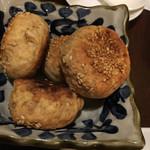 福満苑 鼓楼 - 胡麻饅頭 このパン好き。ゴマが香ばしく生地がつまっているんですが、味わいがあります。