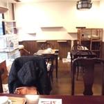 カーラ キャット カフェ - 内観;大テーブル6席、2人用テーブル4席