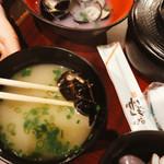 くいもん屋吾作 - 味噌汁のシジミと、奥は大シジミ。クッソ美味い!